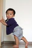 Babyjongen die zich uittrekken om te bevinden royalty-vrije stock foto
