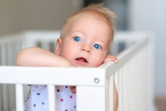 Babyjongen die zich in voederbak bevinden royalty-vrije stock foto