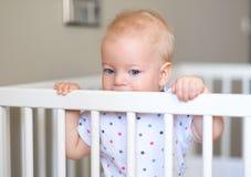 Babyjongen die zich in voederbak bevinden royalty-vrije stock afbeelding