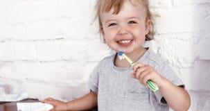 Babyjongen die zijn tanden met een tandenborstel borstelen stock foto's