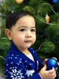Babyjongen in een gebreid Kerstmisstuk speelgoed van de sweaterholding Stock Foto's