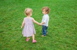 Babyjongen en babymeisje in het park Royalty-vrije Stock Afbeeldingen