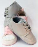 Babyjongen en de schoenen van het babymeisje Royalty-vrije Stock Foto's