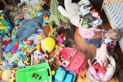 Babyjongen en huisspeelplaats Stock Afbeeldingen