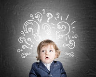 Babyjongen en vraagtekens op bord royalty-vrije stock fotografie