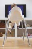Babyjongen het letten op beeldverhalen op TV Royalty-vrije Stock Afbeeldingen