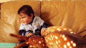 Babyjongen het spelen met beste zacht stuk speelgoed stock footage