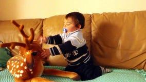 Babyjongen het spelen met beste zacht stuk speelgoed stock videobeelden