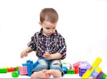 Babyjongen het spelen met blokkenspeelgoed op witte achtergrond wordt geïsoleerd die stock afbeeldingen