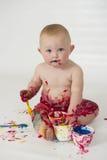 Babyjongen het spelen met eigengemaakte fingerpaints royalty-vrije stock foto