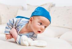 Babyjongen het spelen met konijntje Royalty-vrije Stock Afbeeldingen