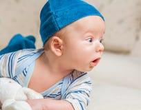 Babyjongen het spelen met konijntje Royalty-vrije Stock Afbeelding