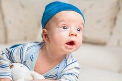 Babyjongen het spelen met konijntje Royalty-vrije Stock Foto's