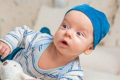 Babyjongen het spelen met konijntje Stock Foto