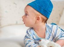 Babyjongen het spelen met konijntje Royalty-vrije Stock Fotografie