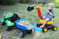 Babyjongen het spelen met zijn graafwerktuigstuk speelgoed Royalty-vrije Stock Fotografie