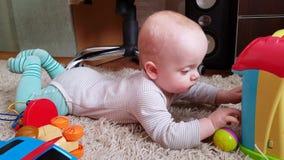 Babyjongen het spelen op de vloer stock footage