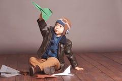 Babyjongen het spelen in ruimte Stock Foto's