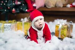 Babyjongen in Kerstmankostuum Kerstmis Nieuw jaar royalty-vrije stock foto