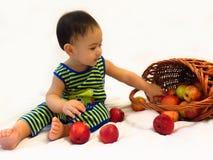 Babyjongen met appelen Royalty-vrije Stock Afbeelding