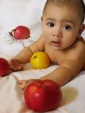 Babyjongen met appelen Stock Afbeelding
