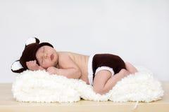 Babyjongen met beerhoed en broek Stock Afbeeldingen