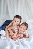 Babyjongen met broer en zuster Stock Fotografie