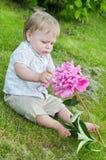 Babyjongen met roze pioen Stock Afbeeldingen