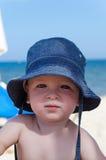 Babyjongen met zonhut royalty-vrije stock foto