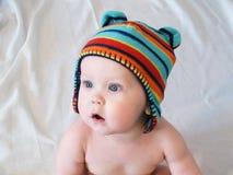 Babyjongen in multicolored gebreid GLB Stock Afbeeldingen
