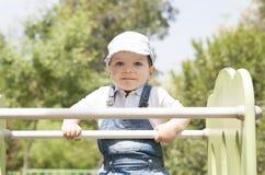 Babyjongen op de bovenkant van schuif Verschillende 3d bal Royalty-vrije Stock Afbeelding