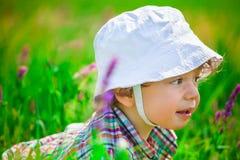 Babyjongen op een weide Royalty-vrije Stock Foto's