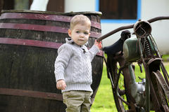 Babyjongen rond de oude fiets Stock Fotografie