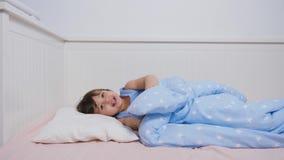 Babyjongen twee jaar het oude liggen in bed stock footage