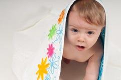 Babyjongen in witte bloemenhanddoek Stock Afbeelding