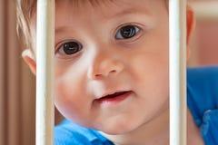 Babyjongen in zijn voederbak stock fotografie