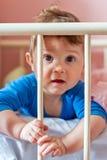 Babyjongen in zijn voederbak royalty-vrije stock afbeeldingen