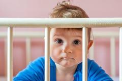 Babyjongen in zijn voederbak royalty-vrije stock foto's
