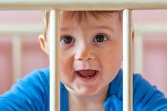 Babyjongen in zijn voederbak stock afbeeldingen