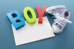 Babykarte mit Text und Schuhen stockfoto