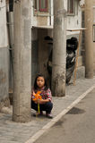 Babykind in einem hutong Stockfotos