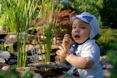 Babykind im Garten lizenzfreie stockbilder