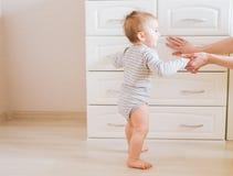 Babykindersohn Mutter mit lachendem Kind Familie zu Hause lizenzfreie stockfotografie