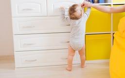 Babykindersohn Mutter mit lachendem Kind Familie zu Hause stockfotografie