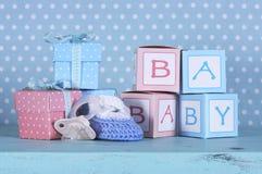 Babykindertagesstätte bootie, blinder Friedensstifter und Babybuchstaben Lizenzfreies Stockfoto