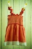 babykleding op een kabel Stock Fotografie