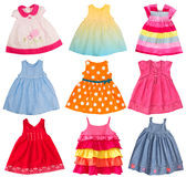 Babykleid lokalisiert auf Weiß. Kleidet Collage. stockfoto