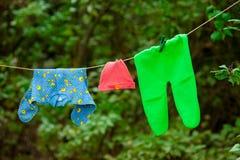Babykleidung, die an einem Seil hängt Lizenzfreies Stockfoto