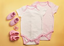 Babykleidung und -notwendigkeiten stockfoto
