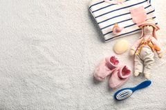 Babykleidung und -notwendigkeiten stockfotografie